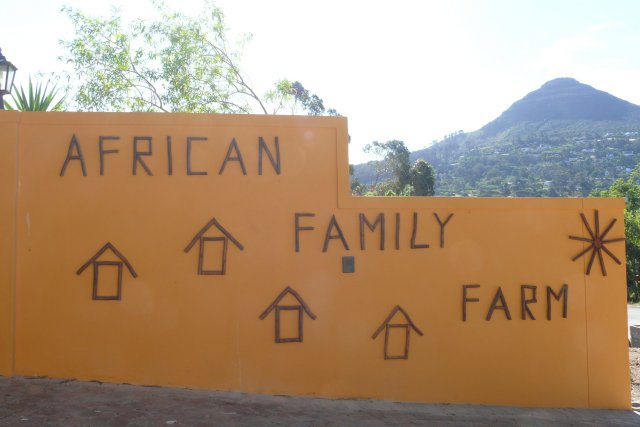 african-family-farm-eingangswand